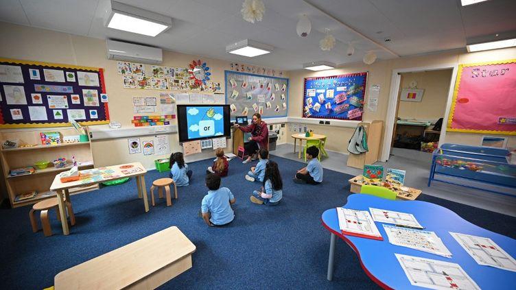 Des écoliers écoutent leur professeur, le 1er juin 2020. (OLI SCARFF / AFP)
