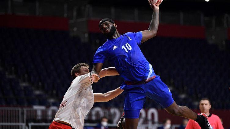 Le handballeur français Dika Mem s'apprête à marquer face au Danemark en finale à Tokyo (Japon), le 7 août 2021. (FABRICE COFFRINI / AFP)