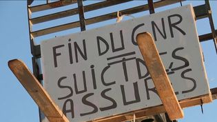 Les professionnels du BTP se mobilisent vendredi 29 novembre et bloquent plusieurs dépôts pétroliers en Bretagne. Ils protestent contre le projet de suppression de l'avantage fiscal dont ils bénéficient sur le gazole. (FRANCE 2)