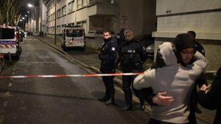 La police bloque la rue de Villeurbanne (Rhône) où deux hommes ont été tués d'une rafale d'arme automatique, dimanche 7 février. (JEAN-PHILIPPE KSIAZEK / AFP)