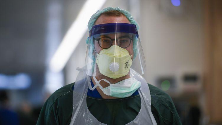Un infirmier à l'hôpital universitaire d'Essen, dans l'ouest de l'Allemagne, le 1er avril 2020. (INA FASSBENDER / AFP)