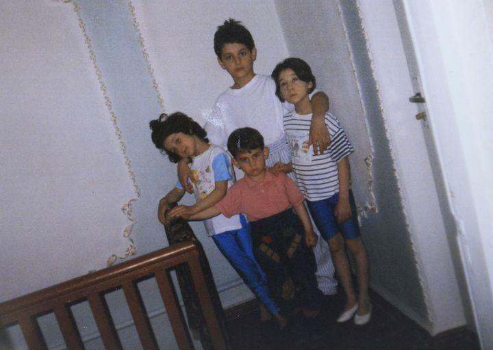 Photo d'enfance de Djokhar Tsarnaev (au centre, chemise rose), avec son frère aîné Tamerlan et leurs deux sœurs, àMakhachkala (Daguestan), rendue publique le 22 avril 2013. ( REUTERS)