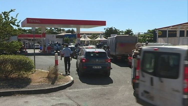 Des files d'attente sont apparues devant les stations services et chez les revendeurs de gaz. (Chamsudine Ali)