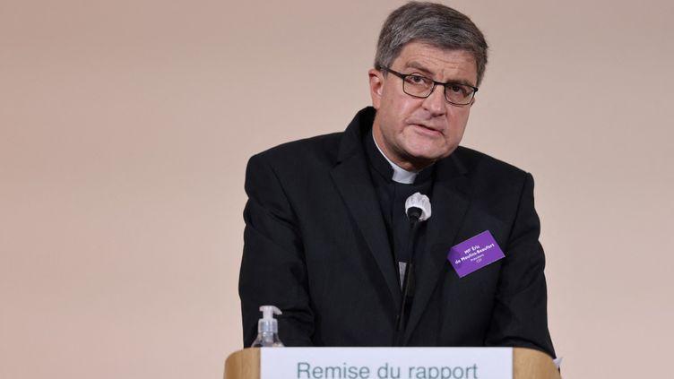 L'évêque catholique Eric de Moulins-Beaufort, président de la Conférence des évêques de France (CEF),a pris la parole lors de la publication du rapport d'une commission indépendante sur les abus sexuels commis par des membres du clergé (Ciase), le 5 octobre 2021, à Paris. (THOMAS COEX / AFP / POOL)