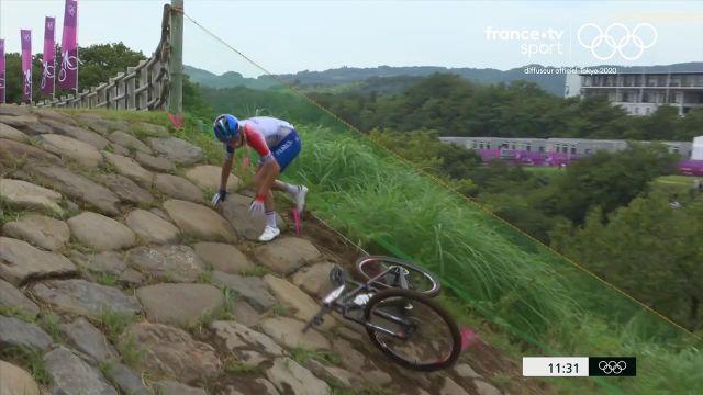 Pauline Ferrand-Prévot chute et perd du temps. La française repart avec du retard sur la tête de la course.