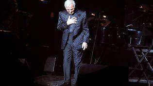 Charles Aznavour en concert en 2009. (MORENA BRENGOLA / GETTY IMAGES EUROPE)