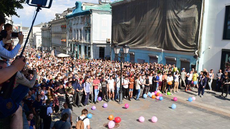 Des manifestants dénoncent le rejet de candidatures aux élections municipales, le 27 juillet 2019 à Moscou (Russie). (ALEXEY KUDENKO / SPUTNIK / AFP)