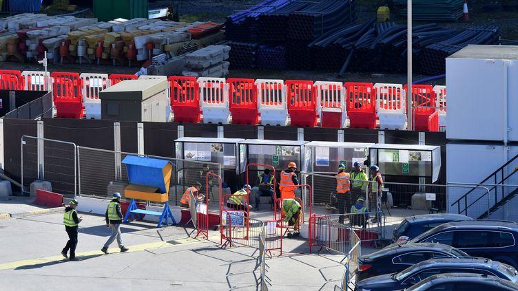 Des ouvriers du secteur de la construction, dans le sud de Londres. Le gouvernement a décrété que les constructions importantes doivent se poursuivre malgré le confinement. (JUSTIN TALLIS / AFP)
