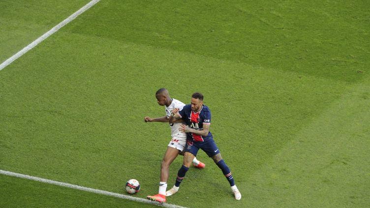 Neymar au duel avec Tiago Djalo lors de la défaite du PSG contre le LOSC, samedi 3 avril.  (STEPHANE ALLAMAN / STEPHANE ALLAMAN)