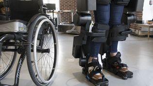 """La société Wandercraft a créé un exosquelette dont l'objectif est de """"rendre la marche aux gens qui ne marchent plus"""". (PHILIPPE DE POULPIQUET / MAXPPP)"""