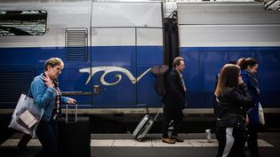 Des voyageurs en gare de Lyon à Paris, le 31 mars 2018. (MAXPPP)