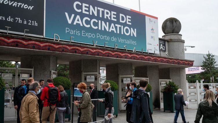 Des personnes font la queue devant un centre de vaccination, porte de Versailles, à Paris, le 26 juin 2021. (RICCARDO MILANI / HANS LUCAS / AFP)
