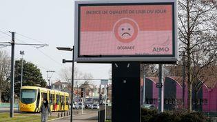 Un panneau d'affichage public indique que le niveau de qualité de l'air est dégradé mardi 23 février à Mulhouse. (DAREK SZUSTER / MAXPPP)