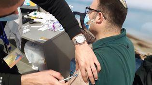 Dans le centre de vaccination contre le Covid-19 de la caisse Meuhedet à Jérusalem, le mercredi 13 janvier. (FREDERIC METEZEAU / RADIO FRANCE)