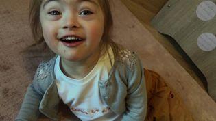Raphaëlle a 4 ans, elle est atteinte du syndrôme de Down. (FRANCEINFO)