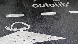 Le logo d'Autolib' surune place de stationnement réservée, le 19 juin 2018 à Paris. (MAXPPP)