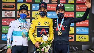 Le podium du Critérium du Dauphiné 2021 avec Richie Porte en jaune,entouréd'Alexey Lutsenko et de Geraint Thomas. (DAVID STOCKMAN / BELGA MAG)