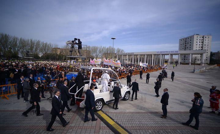Le pape François arrive sur la place Jean-Paul-II, dans le quartier napolitain de Scambia (Italie), samedi 21 mars 2015. (FILIPPO MONTEFORTE / AFP)