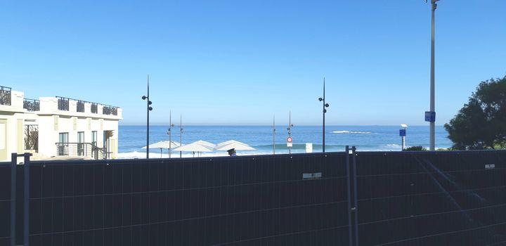 Des barrières ont été installées, le 23 août à Biarritz, tout près de la plage et de l'hôtel du palais, où se tiendra le sommet du G7. (BENJAMIN ILLY / RADIO FRANCE)