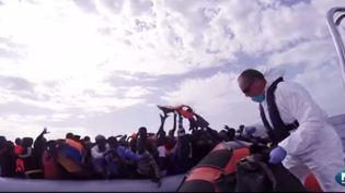 Sauvetage en merMéditerranée de migrants partis descôtes libyennes vers l'Europe par lePhénix, bateau de l'association internationale Migrant offshore aid station (MOAS) (MOAS / YOUTUBE )