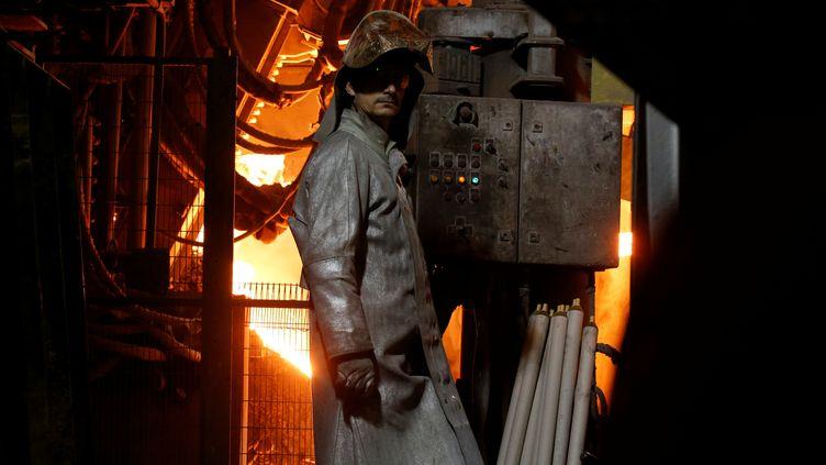 Un travailleur de l'usine Ascoval près d'un four, le 8 novembre 2018 à Saint-Saulve (Nord). (PASCAL ROSSIGNOL / X00234)