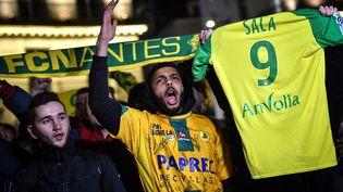 Des supporters du FCN à Nantes, le 22 janvier 2019, après l'annonce de la disparition de l'avion qui transportait le footballeur Emiliano Sala. (LOIC VENANCE / AFP)