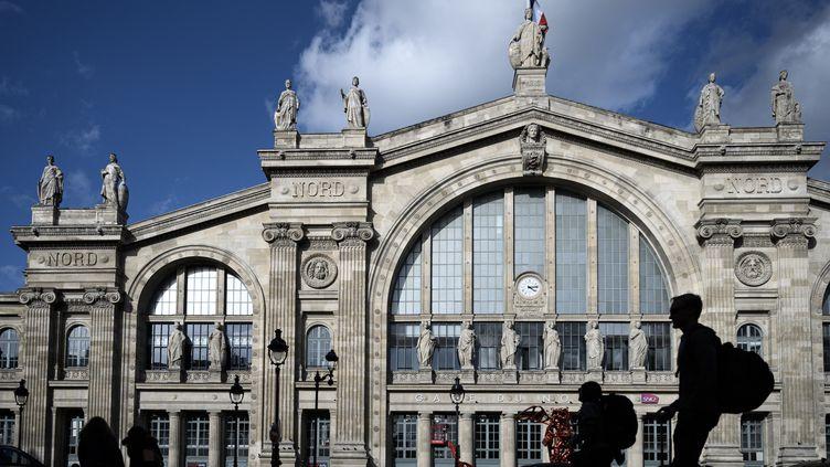 Des passagers devant la gare du Nord, à Paris, le 10 octobre 2019. (PHILIPPE LOPEZ / AFP)
