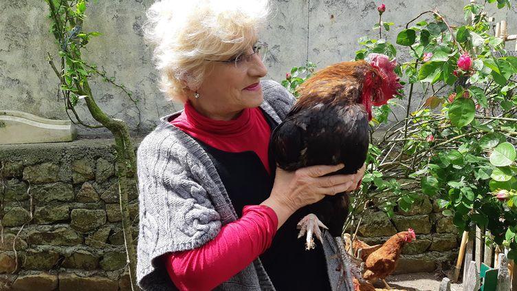 Corinne Fesseau et son coq Maurice (JULIEN FLEURY / FRANCE-BLEU LA ROCHELLE)