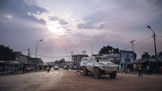 Un véhicule de la Minusca, la force de l'ONU en Centrafrique, patrouille à Bangui, le 22 décembre 2020. (ALEXIS HUGUET / AFP)