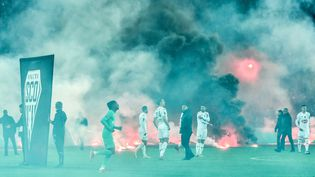 La rencontre entre Saint-Etienne et Angers a été reportée, vendredi 22 octobre 2021, après des jets de fumigènes de la part des supporters des Verts. (PHILIPPE DESMAZES / AFP)