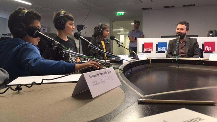 L'auteur de BD Riad Sattouf a répondu en studio aux questions des apprentis journalistes de franceinfo junior. (E. Faure / franceinfo junior)