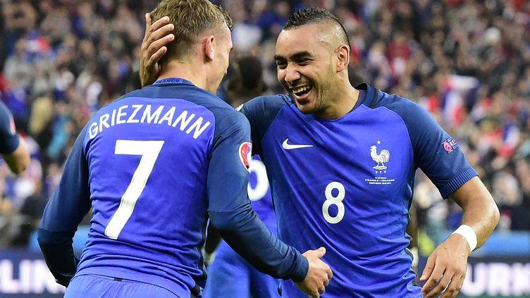 Dimitri Payet et Antoine Griezmann se congratulent (TOBIAS SCHWARZ / AFP)