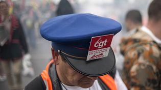 Un cheminot membre de la CGT lors d'une manifestation à Paris, en 2014(photo d'illustration). (FRED DUFOUR / AFP)