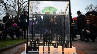 Des personnes rendent hommage aux victimes de l'attentat de Strasbourg (Bas-Rhin), le 11 décembre 2019, un an après l'attaque qui a fait cinq morts aux abords du marché de Noël. (PATRICK HERTZOG / AFP)