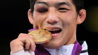 Le lutteur sud-coréenKim Hyeonwoo médaille d'or en -66 kg aux JO de Londres, le 7 août 2012. (MARWAN NAAMANI / AFP)
