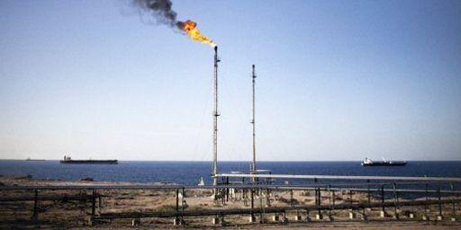 Torchère près de la raffinerie de pétrole de Zawiya, à 40 km à l'ouest de Tripoli, capitale de la Libye (AFP - MARCO LONGARI )