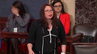 Après avoir fait changer la loi, la sénatrice américaine Tammy Duckworth a pu venir au Sénat avec son bébé dans les bras. Une première ! (FRANCETV INFO)