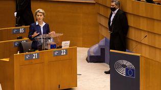 La présidente de la Commission européenne, Ursula von der Leyen, au Parlement européen, le 16 décembre 2020. (MARTIN BERTRAND / HANS LUCAS / AFP)