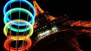 La tour Eiffel aux couleurs olympiques, le 29 juin 2005. (MAXPPP)
