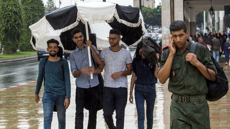 Des jeunes et un militaire dans les rues de la capitale du Maroc, Rabat, le 12 septembre 2018. (FADEL SENNA / AFP)