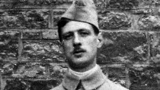 Le lieutenant De Gaulle, qui vient d'être décoré pendant la première guerre mondiale.  (Collection Roger-Viollet / Roger-Viollet)