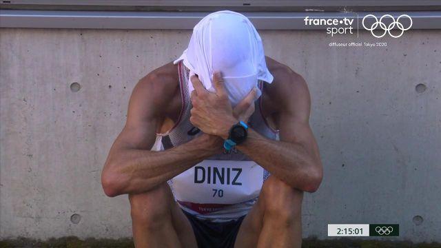 Cette fois, c'est terminé pour Yohann Diniz qui s'assoit sur le bord de la route. Son aventure olympique et sa carrière vont s'arrêter là-dessus.