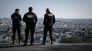 Des policiers patrouillentdans le quartier de Montmartre, à Paris, le 31 mars 2020, au 15e jour de confinement en France. (PHILIPPE LOPEZ / AFP)