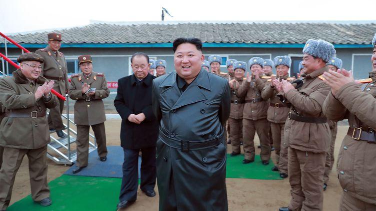 Sur cette photo non datée et révélée le 29 novembre 2019 par l'agence centrale de presse coréenne (KCNA), Kim Jong-un inspecte un système de lanceurs de roquettes. (AFP PHOTO / KCNA VIA KNS)