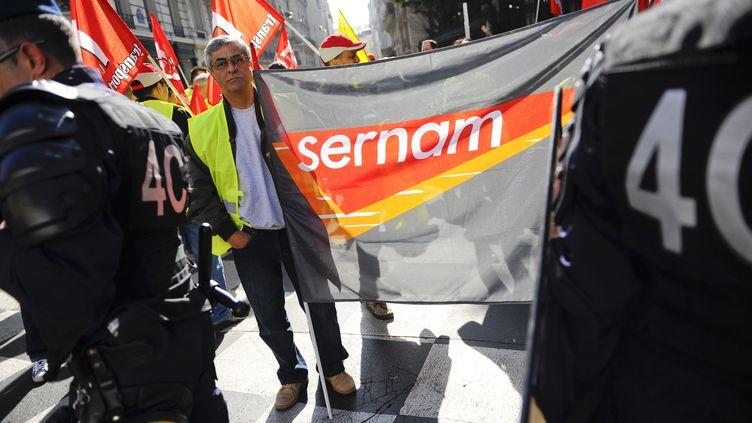 Inquiets de la situation de leur employeur, des salariés de Sernam ont manifesté devant le ministère des Transports, à Paris, le 15 mars 2012. (CHRISTOPHE MORIN  / MAXPPP)