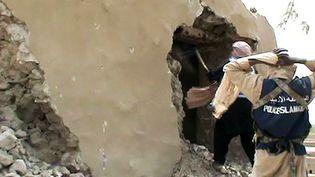 Extrait d'une vidéo montrant des islamistes détruisant un sanctuaire à Tombouctou  (AFP)