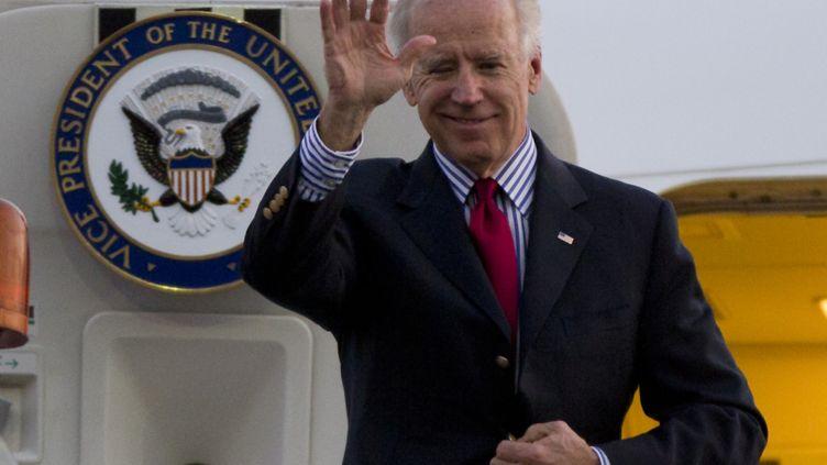 Le vice-président américain,Joe Biden, arrive à l'aéroport internationalde Mexico (Mexique), le 30 novembre 2012. (EDUARDO VERDUGO / AFP)