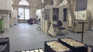 L'atelier du Grand Monnayage, où sont frappées les monnaies, que l'on aperçoit depuis le musée de la Monnaie de Paris. (ANNE CHEPEAU / RADIO FRANCE)