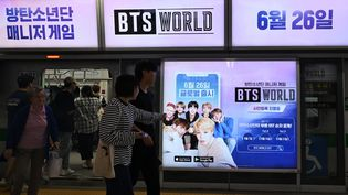 """Une publicité pour """"BTS World"""" dans une station de métro à Séoul le 25 juin 2019. (JUNG YEON-JE / AFP)"""