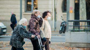 Des personnes agées dans les rues de Perpignan, en novembre 2020. (ST?PHANE FERRER YULIANTI / HANS LUCAS)